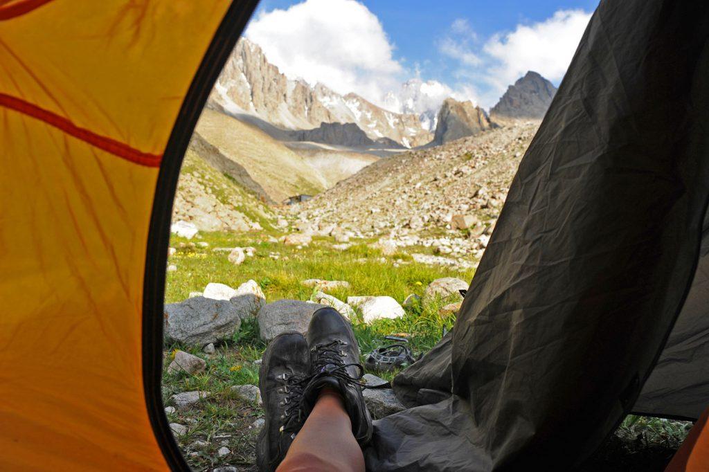 spanie pod namiotem w czasie burzy