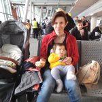 Pierwszy lot samolotem z dzieckiem. Co zrobić, żeby przeżyć?